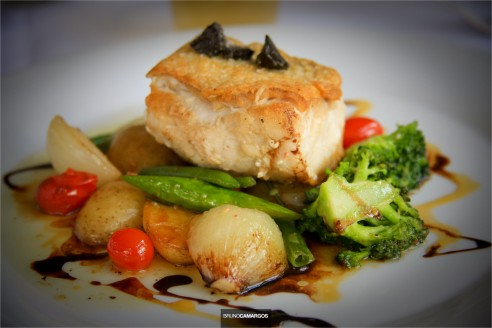 Peixe do dia (Namorado) com Legumes Frescos, Tangerina e Alho Negro