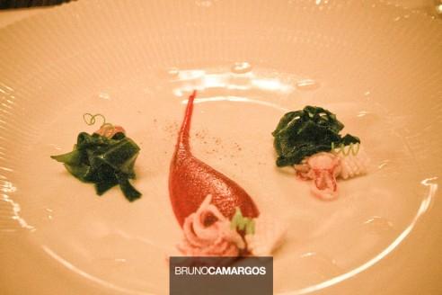 Mini lulas cozidas, servidas a frio com creme de beterraba e algas marinhas e vinagrete de priprioca