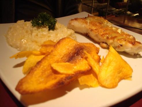 Cherne ao molho de capim-limão com risoto de pupunha e chips de batata baroa
