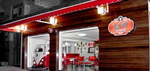 Já faz um tempo que venho procurando o melhor hambúrguer de Belo Horizonte. Já fomos ao B.Bistrô, ao Duke N Duke, e chegou a hora de conhecer o Jacks Big Burger - Hamburgeria Gourmet.  A hamburgueria fica cravada no Bairro Sion e funciona em um pequeno e aconchegante imóvel. Na entrada, uma Kombi serve como balcão para espera e pedidos rápidos, caixa e suporte à equipe de salão.
