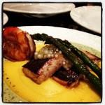 Dourado, camarão VG, emulsão de mandioquinha, caviar de limão, molho fresco de ervas e aspargos a la plancha (Ufa!)