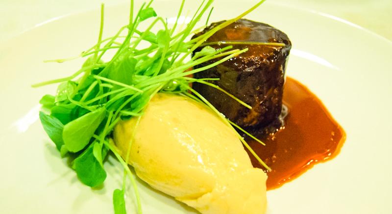 Tornedor de Rabada Glaçada com Purê de Batata e Agrião do The L.A.B Gastronomia