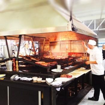 Parrilla, churrasqueira ao estilo uruguaio com braseiro e grelha horizontal