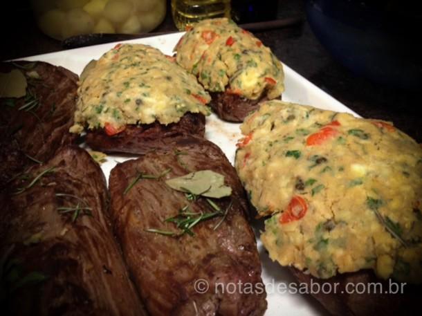 Cobrindo os filets com a manteiga de ervas