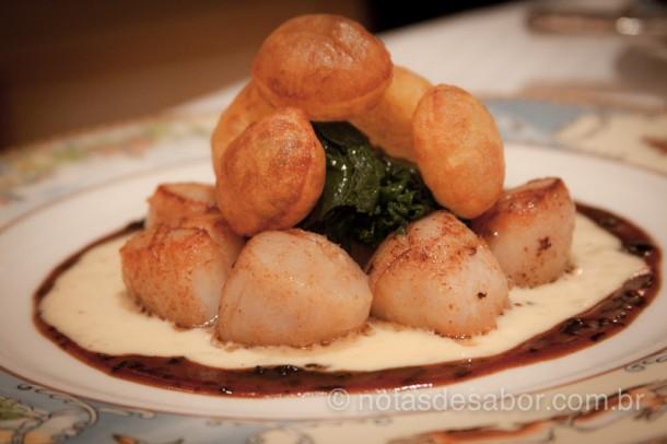 Vieiras na manteiga e batatas infladas