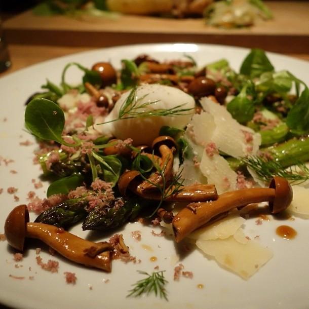Salada de Aspargos Grelhados, Magret Defumado e Moído, Cogumelo, Ovo Pochê e Erva Doce!
