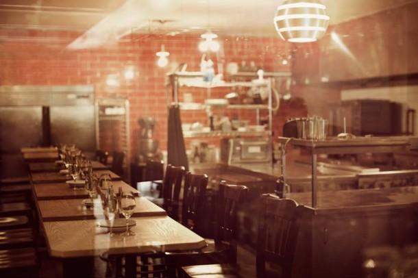 Cozinha com mesa do Restaurante Pastaga em Montreal
